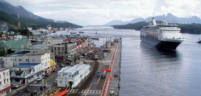 Alaska-cruise: Holland America cruise ship arriving in Ketchikan